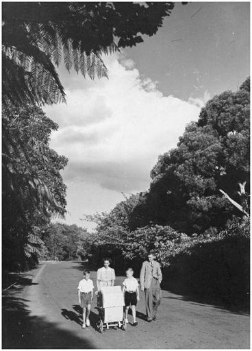 Evans Family Collection: Evans family walking in Victoria Esplanade