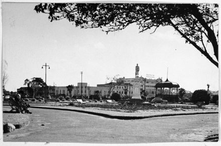 Statue of Te Awe Awe and the Band Rotunda, The Square