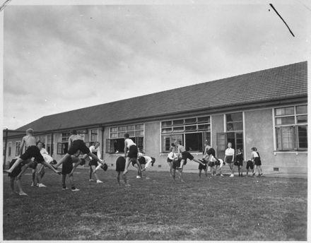 Palmerston North Intermediate Normal School pupils