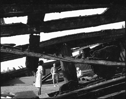 """Page 3: People at the """"Hydrabad"""" shipwreck, Waiterere Beach"""