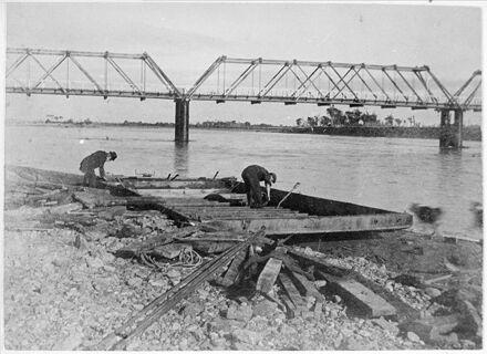 Dismantling the punt at the Ashhurst Bridge